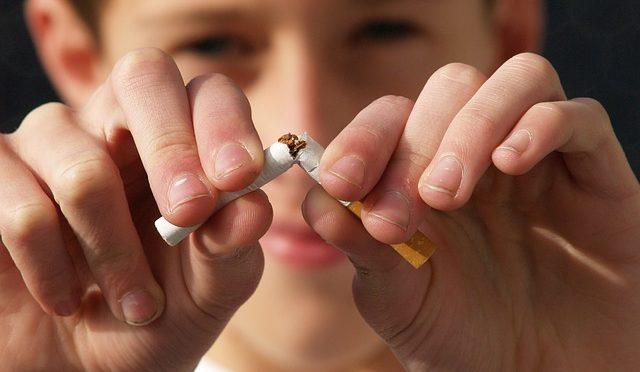 タバコを吸うと耳が聞こえにくくなる!?喫煙と聴力低下